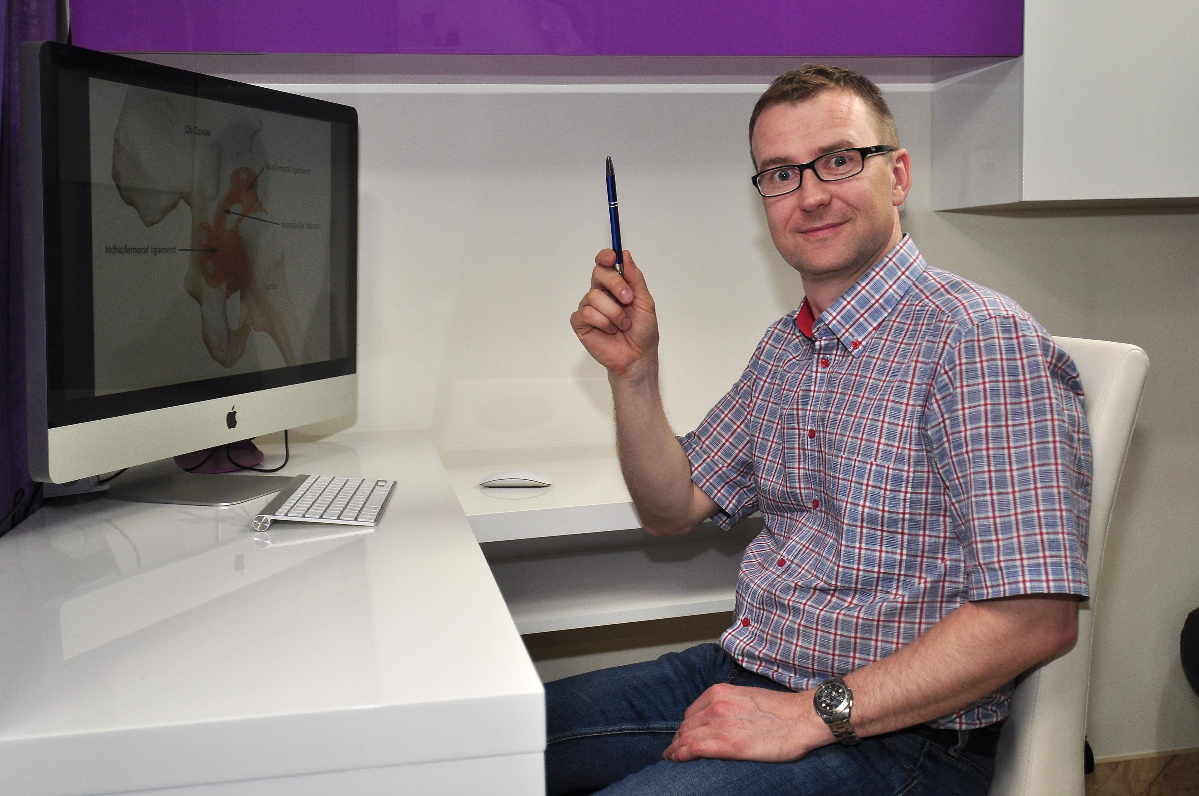 Michal Drwiega przy biurku